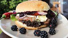 Die Frau am Grill: Gambas oder Hamburger?