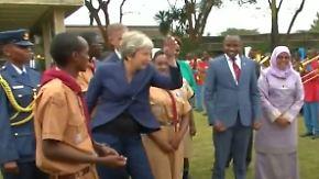 Ungewohnt locker: Theresa May tanzt sich durch Afrika