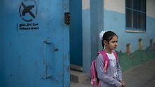 Ein palästinensisches Mädchen verlässt eine UNRWA-Schule in Deir al-Balah.