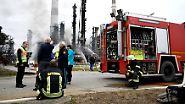 Bis zu 600 Einsatzkräfte kämpften stundenlang gegen die Flammen, wollten weitere Explosionen verhindern, kühlten Tanks in der Raffinerie.