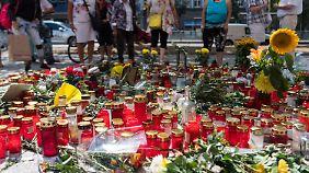 Blumen und Kerzen erinnern an die Bluttat vor einer Woche.