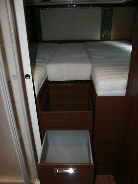 Das Bett ist groß un die Ablageflächen im Niesmann Flair 920 pfiffig.
