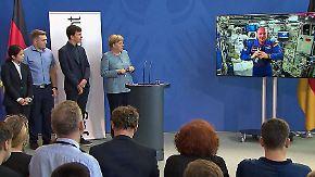 """Überraschungsanruf bei """"Jugend forscht"""": Merkel schaut nach oben, Gerst inspiriert Nachwuchs"""
