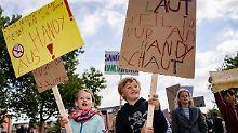 Mit selbstgebastelten Schildern wehren sich die Kinder gegen Smartphones.