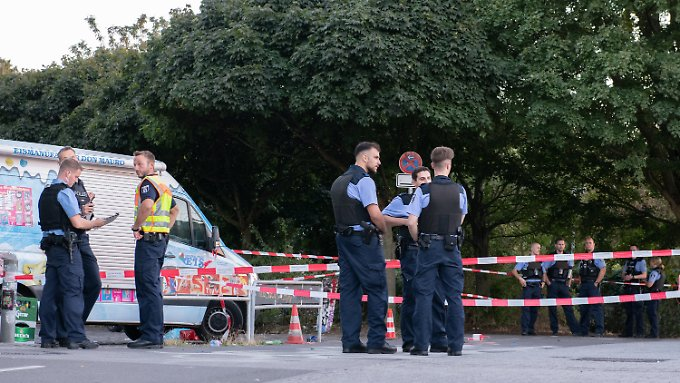 Der Mann wurde am Rande des Tempelhofer Feldes von Schüssen getroffen.