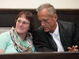 Angelika W. mit ihrem Anwalt Peter Wüller.