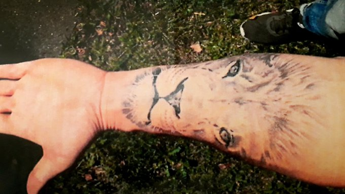 Der Kläger trägt nach Gerichtsangaben die 20 mal 14 Zentimeter große Tätowierung auf der Innenseite seines linken Unterarms.