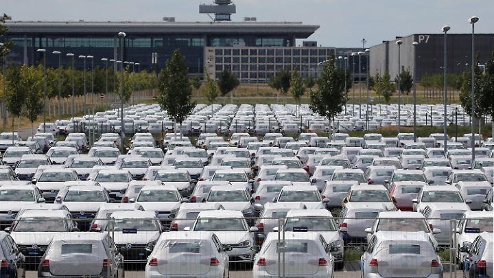 Wegen Schwierigkeiten der Umstellung auf die neue Abgas-Norm parkt Volkswagen derzeit Hunderte Autos am Flughafen BER.