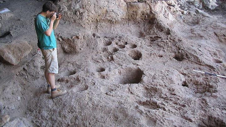 Vertiefungen imBoden, die Hinweise auf eine rund 13.000 Jahre alte Alkohol-Produktionsstätte sind. Archäologen zufolge handelt es sich um den frühesten Nachweis für eine Herstellung von Alkohol.