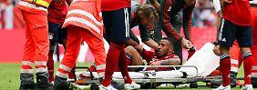 Aufgrund einer Knieverletzung muss Correntin Tolisso schon in der ersten Halbzeit ausgewechselt werden.