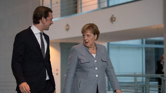 Merkel und Kurz auf dem Weg zum gemeinsamen Statement vor ihren Gesprächen.