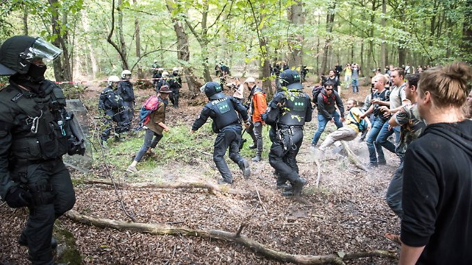 Aktivisten-Versteck unter der Erde geräumt: Braunkohlegegner halten Polizei auf Trab
