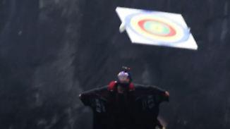 Nichts für schwache Nerven: Wingsuit-Piloten rasen mit 200 km/h durch Zielscheiben