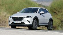 Die Front des Mazda CX-3 ist markanter geworden und kann mit LED-Scheinwerfern glänzen.