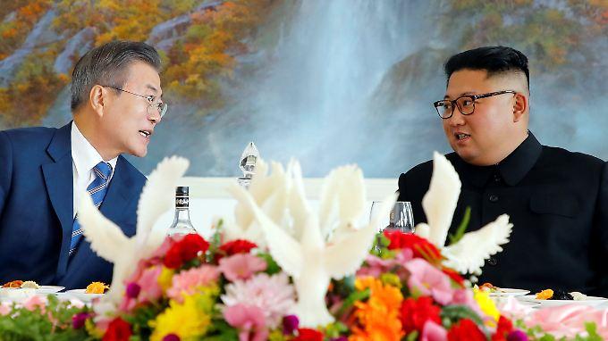 Die Staatschefs Süd- und Nordkoreas, Moon und Kim (v.l.), bei einem gemeinsamen Essen.