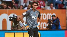 Der einsamste Mensch weit und breit: Augsburgs Torhüter Fabian Giefer, dem im Spiel gegen Mainz ein fataler Fehler unterlief.