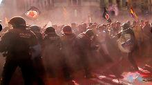 Vor Jahrestag des Referendums: Separatisten attackieren Polizei in Barcelona