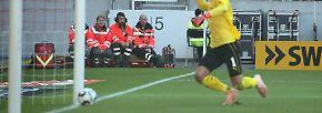"""Passiert ist VfB-Schlussmann Ron-Robert Zieler. Der hat sich nämlich den größten Klops der noch jungen Bundesligasaison geleistet. Stuttgarts Linksverteidiger Borna Sosa schmiss einen Einwurf in Richtung eigenes Tor, obwohl Zieler mit seinem Stutzen beschäftigt war. Alarmiert von lauten Rufen schreckte Zieler auf, versuchte den Ball zu klären, doch der touchierte seinen Fuß und kullerte ins Tor. """"Was man nicht sieht, kann man nicht halten"""", erklärte sich Zieler nach dem Spiel. """"Ich war sehr überrascht, habe das im Prinzip gar nicht so mitbekommen."""""""