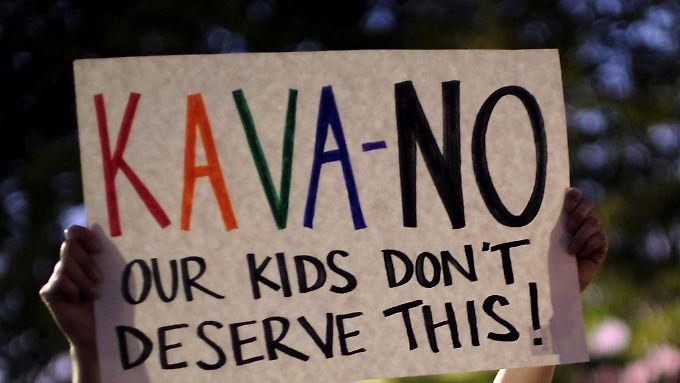 Demonstranten protestieren vor dem Supreme Court gegen Kavanaughs Ernennung.