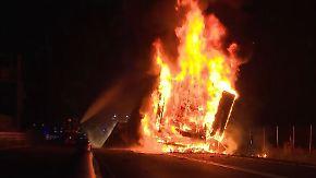 Schwer zugängliche Unglücksstelle: Brennender Lkw führt zu Verkehrschaos rund um Berlin
