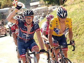 Aus Teamkollegen wurden Rivalen: Lance Armstrong und Floyd Landis (v.r.) 2004 bei der Tour de France.