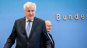 Innenminister Horst Seehofer (vorn) und BSI-Chef Arne Schönbohm stellen den neuen Jahresbericht vor.