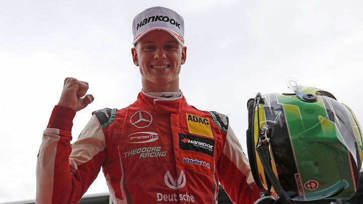 In Siegerpose - Mick Schumacher.