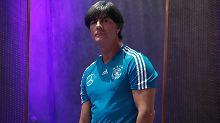 Fußball-Bundestrainer Joachim Löw plant taktische Veränderungen - Kritik an seiner Person blendet er aber aus.