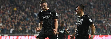 Frankfurt überholt den FC Bayern: Stürmische Eintracht schießt Fortuna ab
