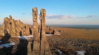 Dutzende Meter ausgewaschenen Granits: Kletterer erklimmen skurrile Felstürme in Sibirien