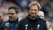 Jürgen Klopp (r.) gastiert heute mit dem FC Liverpool bei Huddersfield Town, dem Klub seines Trauzeugen und langjährigen Freundes David Wagner (l.).
