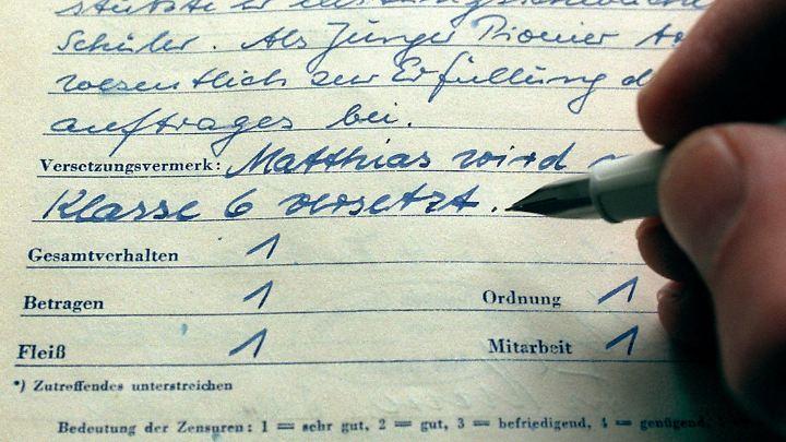 """Schulzeugnis aus DDR-Zeiten mit den damals üblichen Zensuren für Betragen, Fleiß, Ordnung und Mitarbeit, aus denen schließlich eine Note für das """"Gesamtverhalten"""" ermittelt wurde."""