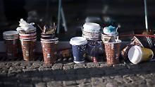 """Kaffeebecher und Burger-Kartons: To-go-Abfälle nehmen """"dramatisch"""" zu"""