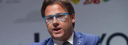 Zurückweisung von Italiens Etat: Lega-Politiker protestiert mit Schuh gegen EU