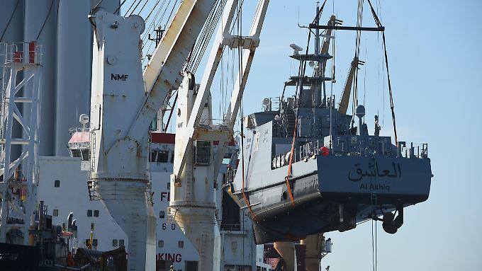 Derartige Exporte stellt die Regierung nun ein: Im Hafen Mukran wird ein Küstenschutzboot für Saudi-Arabien verladen.