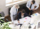 Paketboten besonders belastet: Deutsche arbeiten vier Wochenstunden mehr