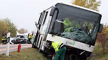 Bus-Unglück bei Leipzig: Auto rast auf Bundesstraße in Schulbus