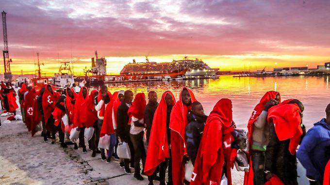 Einwanderer aus Nordafrika haben es in den Hafen von Malaga (Spanien) geschafft.
