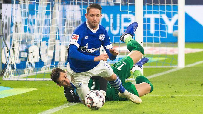 Elfmeter? Mark Uth bekommt ihn nach einem umstrittenen Foul von Hannovers Torhüter Philipp Tschauner zugesprochen.