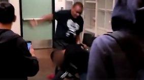 Schockierende Szenen an US-Schule: Lehrer verprügelt Schüler nach rassistischer Beschimpfung