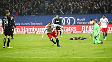 Duell der Bundesliga-Absteiger: Lasogga schießt HSV zur Tabellenführung