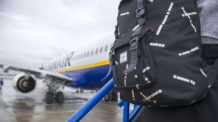 Nur noch kleines Gepäck darf in die Kabine von Ryanair-Flugzeugen mitgenommen werden.
