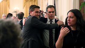"""CNN-Reporter Jim Acosta umarmt seinen NBC-Kollegen Peter Alexander, nachdem dieser ihn vor Präsident Trump als """"gewissenhaften Reporter"""" verteidigt hatte."""