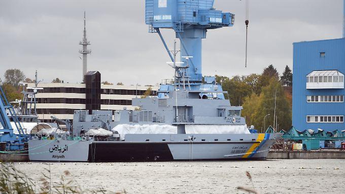 Ein Marineschiff für Saudi-Arabien liegt am Kai der Peene-Werft.