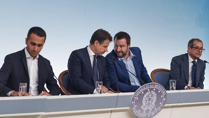 Italiens Premierminister Conte (l.), Innenminister Salvini (2.v.r.) und Finanfminister Tria (r.).