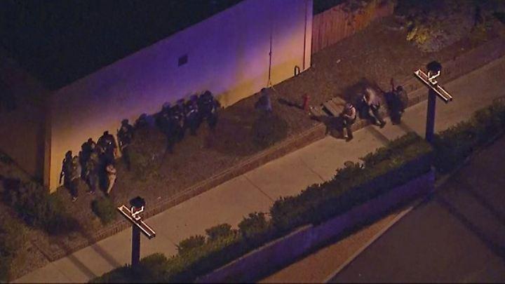 Spezialeinheiten der Polizei sammeln sich in der Nähe der Bar.