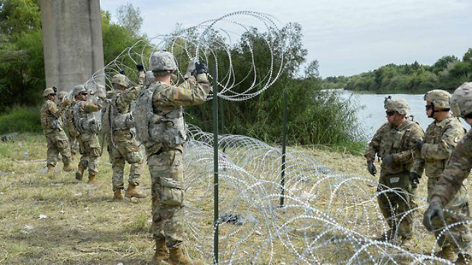 US-Soldaten ziehen einen Zaun an der Grenze zu Mexiko.