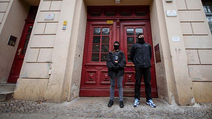 Polizisten vor der inzwischen geschlossenen Fussilet-Moschee