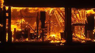 Feuer breiten sich rasend schnell aus: Kalifornier fliehen mitten durchs Flammeninferno