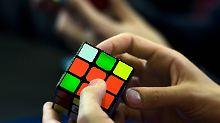 Drei Mal oder kopfüber: Junge beherrscht Zauberwürfel meisterhaft